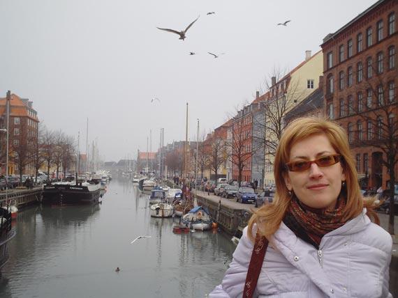 Центр Копенгагена. В двух шагах от дворца королевы Маргрет II. Крик чаек здесь порой заглушает шум автомобилей.