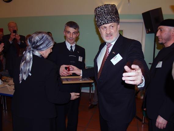 Семья президента Масхадова, убитого русскими бандитами, получает памятную золотую монету с изображением отца и мужа.