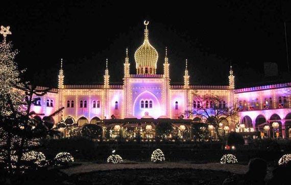 Современная мечеть в Копенгагене расцвеченная к новогоднему празднику Рождения Христова. Так смешиваются культуры разных цивилизаций.